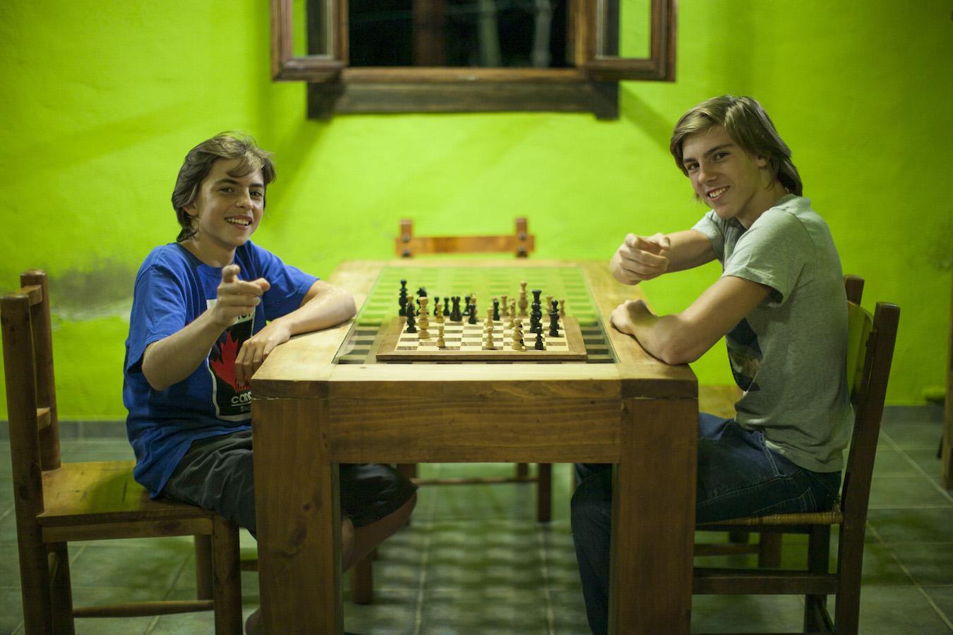 Andoni y Bittor jugando al ajedrez / ©dokumalia